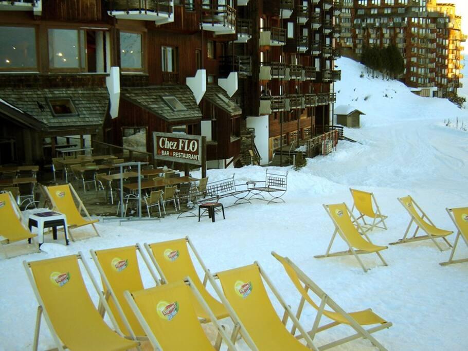 Entrée Sud de la résidence niveau 0 (153 Promenade du Passage du Lac) = Retour skis aux pieds