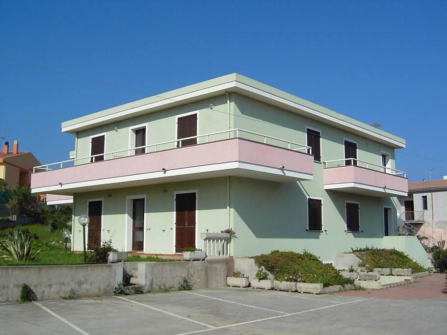 La casa dall'esterno e i parcheggi privati