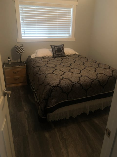 Hoots Place Water Front Bedroom #2 Steps from lake