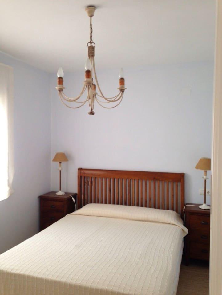 Amplia habitación principal orientada a levante (fresca).