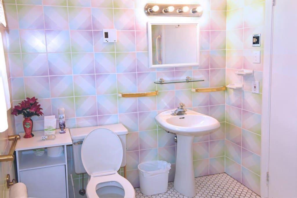 Salle de bain partagée, incluant un bain à remous.