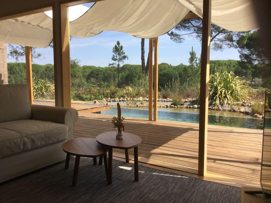 Sala muito confortável, grande vista, com grande estrado e piscina em frente