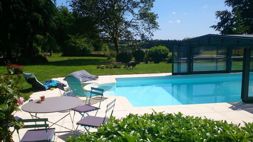Petit gîte en pierres avec piscine - Berne - House
