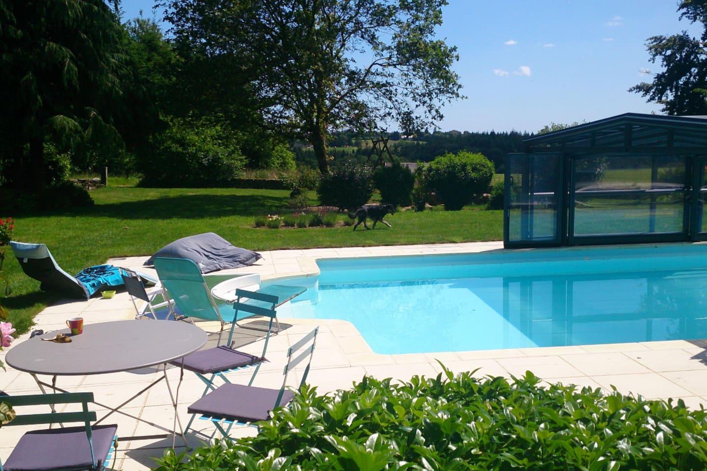 La piscine peut se découvrir en cas de grand soleil!