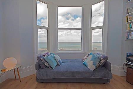 Romantic beachfront apartment - stunning views - Apartment