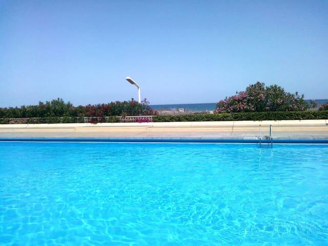Magnifique T2  piscine vue mer wifi clim parking.