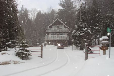SWEET COTTAGE COUNTRY CHALET - SNOWMOBILER'S DREAM - Apsley