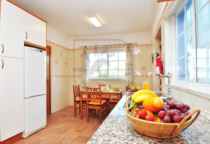 LOVELY 3 BED VILLA W PRIVATE POOL, AIR CON, BBQ - Guia - Dům