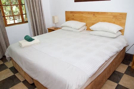 Rooster Apartment 2 R300pppn - Lanseria - Pousada