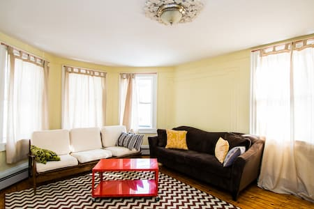 Charming and Spacious Armory Apt - Providence - Apartemen