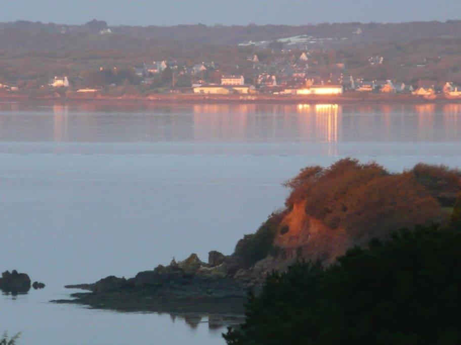 Du haut de la maison vous pouvez voir la côte, en face, c'est le port du Tinduff