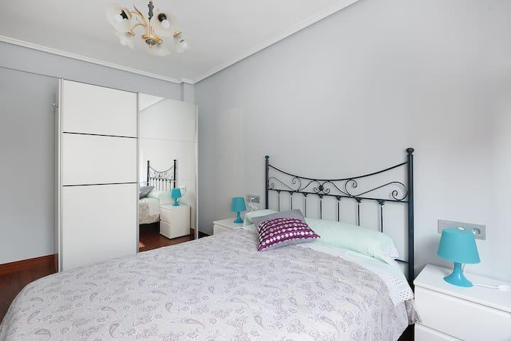 cama de 1'35 para descansar con amplio armario,habitación soleada y exterior
