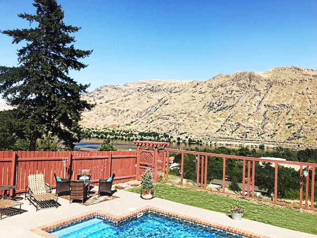 Stunning Views, Private Pool and Hot Tub!