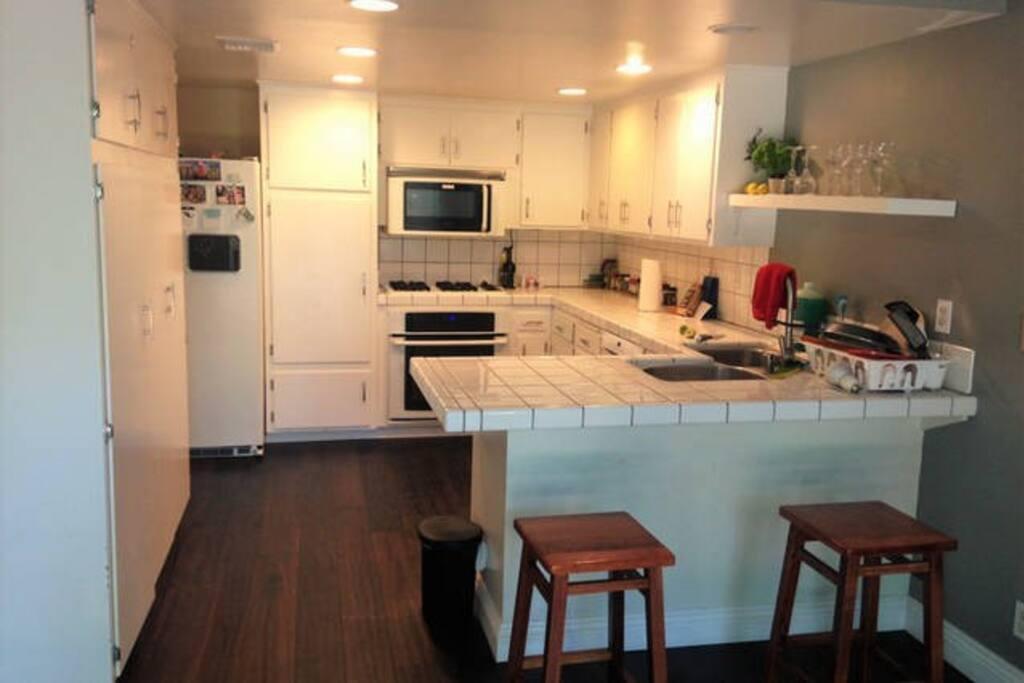 Kitchen: Microwave, Oven, Gas Stove, Fridge, Water/Ice Dispenser
