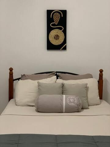 Lit Queen size (2 places) avec garde robe dans une chambre 10 m2