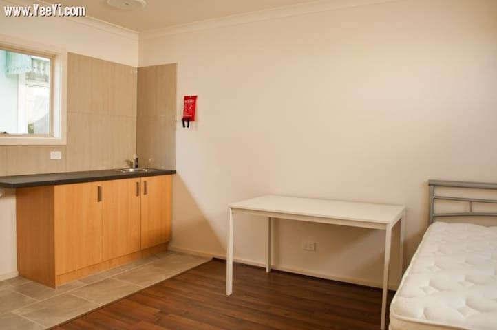 Studio or bachelor pad for rent - Chadstone - House
