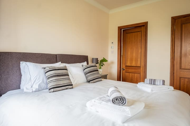 Super king bed with en suite