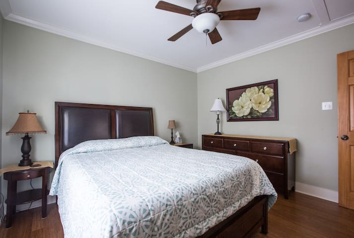 Middle bedroom with queen size bed