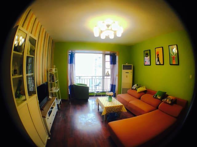 宽窄巷子地铁口凡二赛温馨小居飘窗大床小黄房 - Chengdu - Apartamento