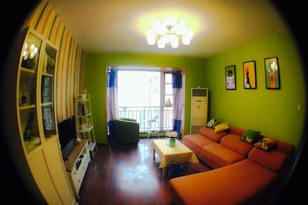 宽窄巷子地铁口凡二赛温馨小居飘窗大床小黄房 - Chengdu