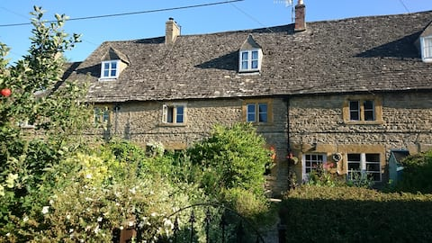 COZY COTSWOLDS COTTAGE, GARDEN. CAN STAY ISOLATED