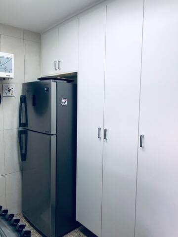 Cozinha planejada com geladeira, todos utensílios e purificador de água