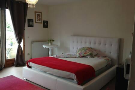 Grande chambre meublée avec balcon - Sucy-en-Brie - Wohnung