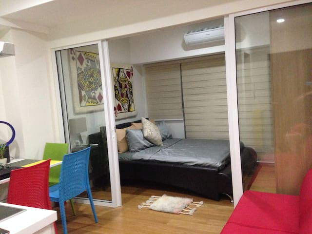 Cozy room for Kings & Queens near Makati CBD +WiFi - Mandaluyong - Condo