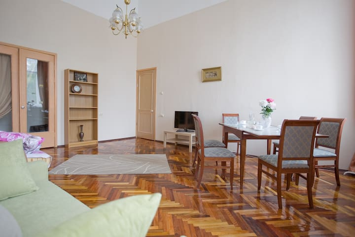 Bright and sunny apartment in the heart of St P!