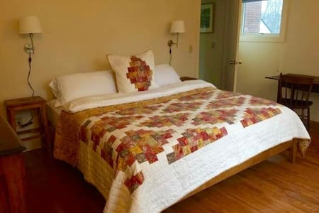 King Room in New Hampshire Farm House - Peterborough - Casa