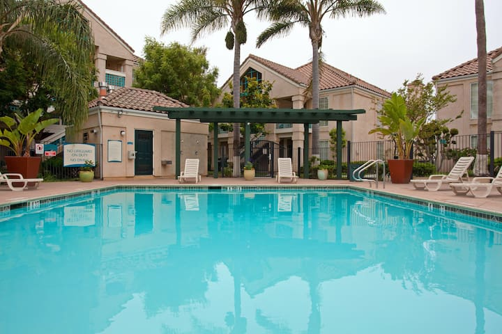 Shared Outdoor Pool + Whirlpool! Cozy 1 Bedroom Suite Perfect for Business Travelers.