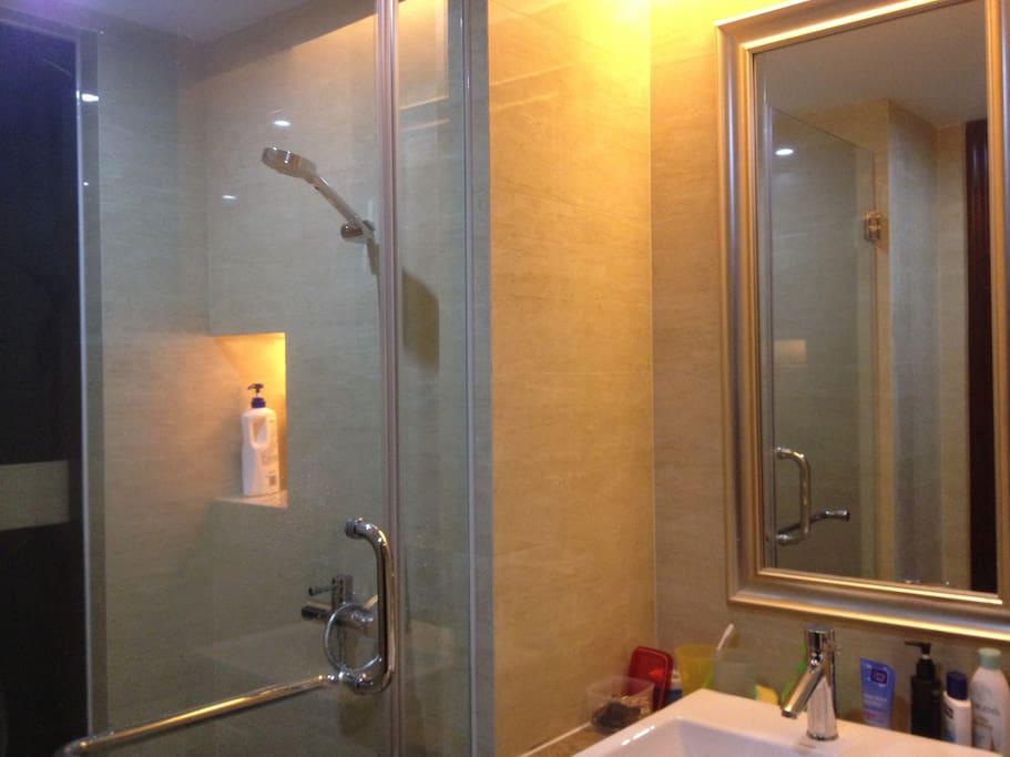沐浴房与洗手间是分离式的