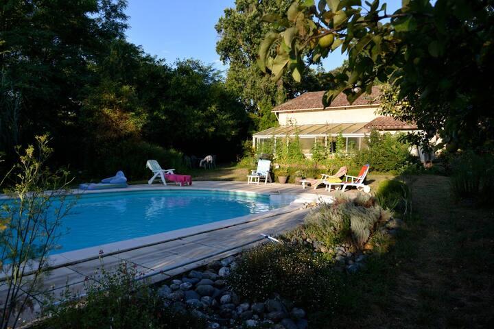 jolie maison avec piscine et jardin