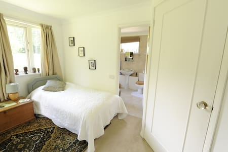 Country House Woking Twin + Ensuite. 15 mins Stn. - Woking