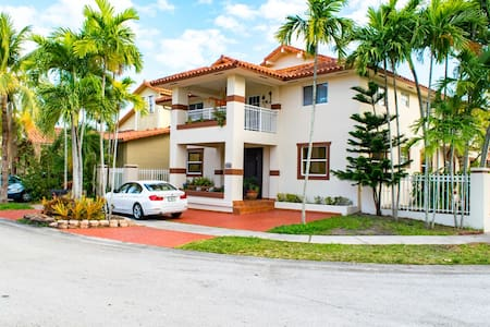 Clean/Comfy! WiFi,Desk,TV,Parking! Sleeps Up To 4 - Miami