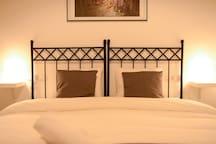 Dormitorio con una gran cama