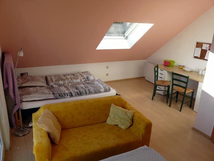 Balkonzimmer mit Doppelbett