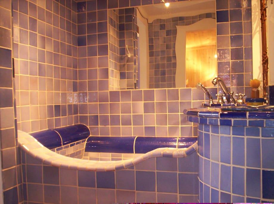 Chambre Bleue bathroom with deep bathtub.