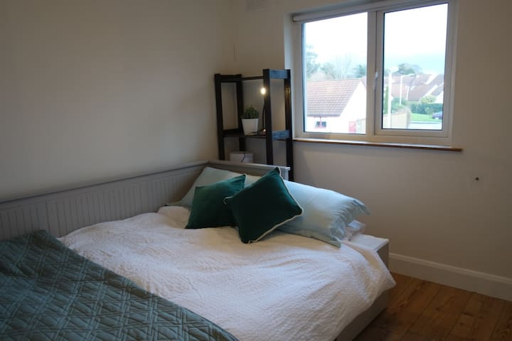 Birght Double room in Killiney