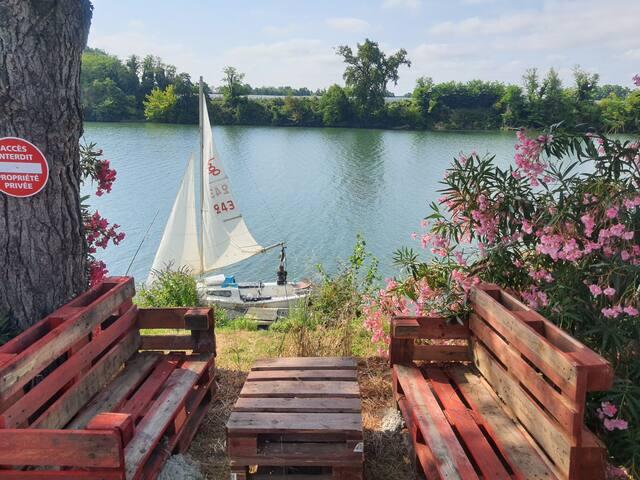 Voilier de 6m en bord de rivière  avec mini cabine