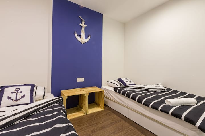 For 2pax : Captain Twin Bed Room near legoland