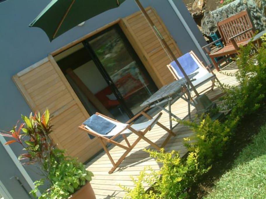 la buddha case studio dans villa enrez de jardin bungalows louer etang sal les hauts. Black Bedroom Furniture Sets. Home Design Ideas