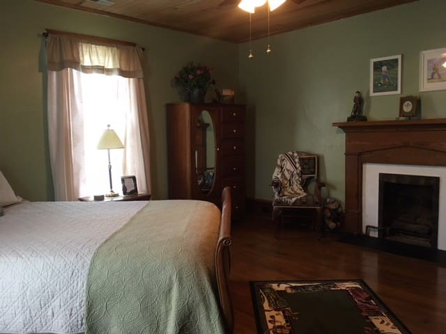 The Carriage House Bed & Breakfast: Pinehurst Room