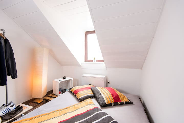 Dein Bett: ein selbstgebautes Bett aus abgeflammten Europaletten (180cm x 200cm)