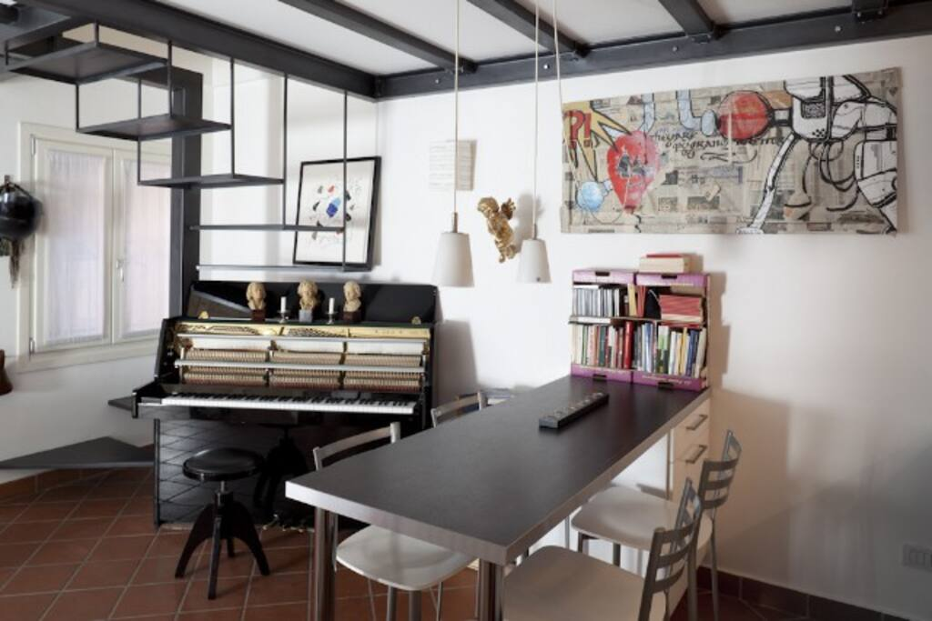 Il piano e sala da pranzo/ The piano and dining room