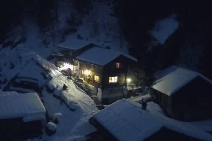 Chalet mitten in den Schweizer Alpen