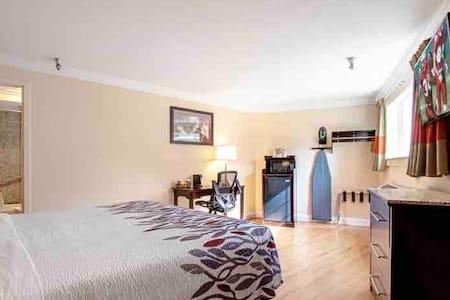Monterey!  Superior 1 king Bedroom !