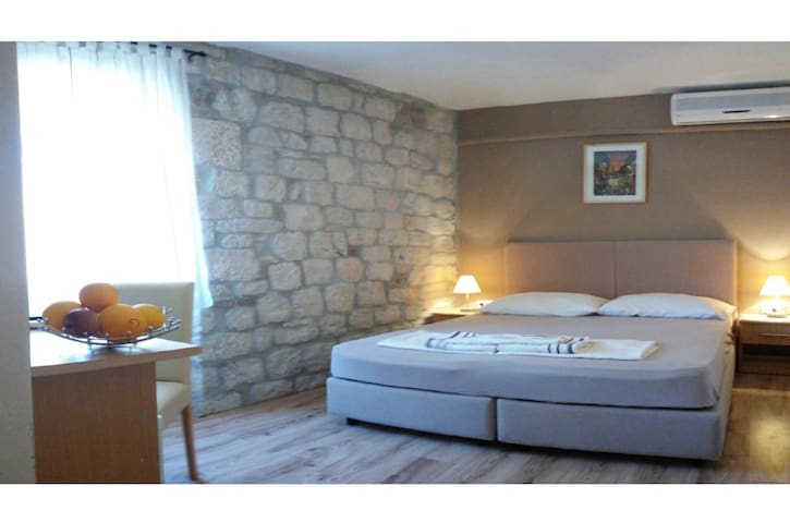 CAROL ROOMS-center of the old town - Trogir - Huis