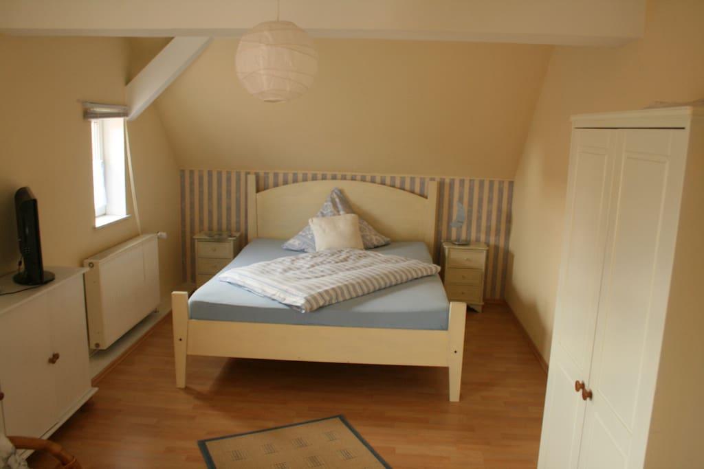 Zimmer 1 mit Doppelbett: 2 m x 1,4 m, Schöner Ausblick + Flachbild TV + W-Lan