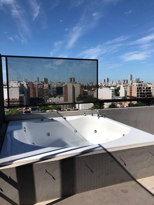 jacuzzi compartido en la terraza para relajarse y disfrutar una hermosa vista